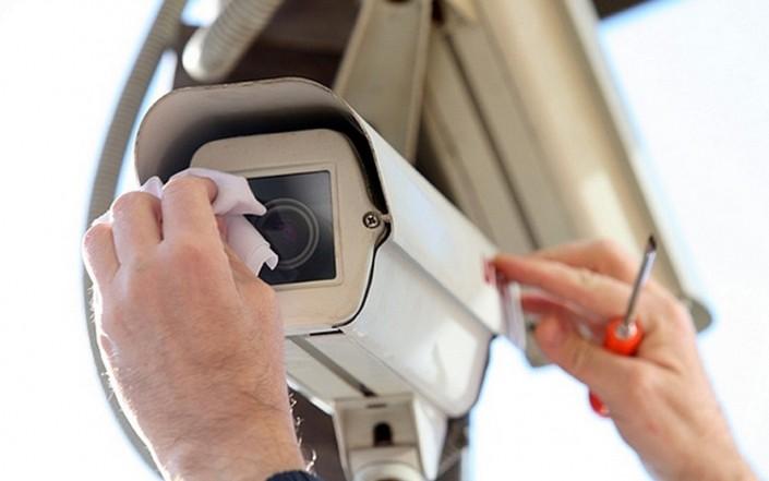Чистка объективов видеокамер от пыли и грязи.