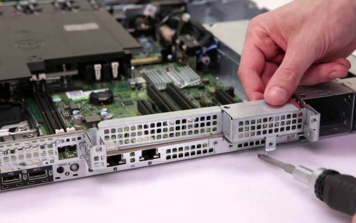 Осмотр и чистка поверхности видеорегистратора или сервера