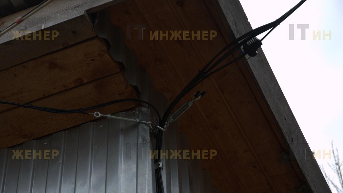 Узел крепления кабельной трассы видеонаблюдения к дому охраны.
