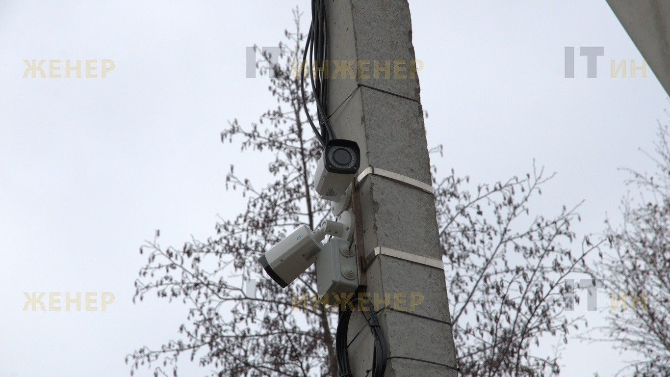 Установка двух видеокамер на столб освещения.