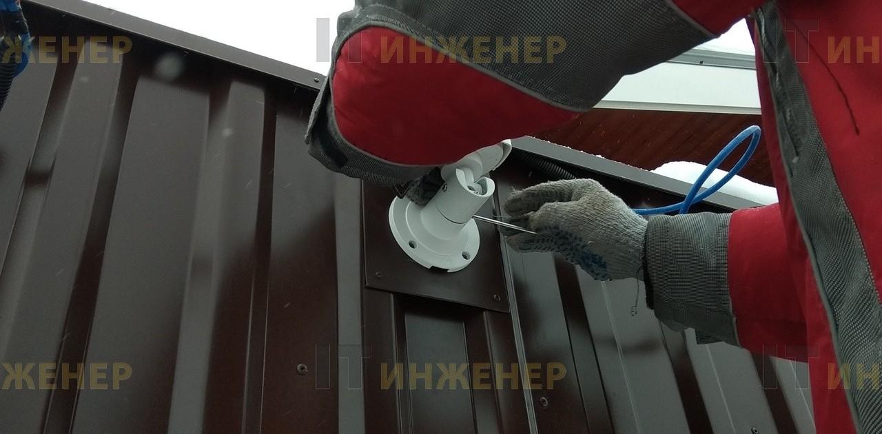 Устанавливаем камеру на забор