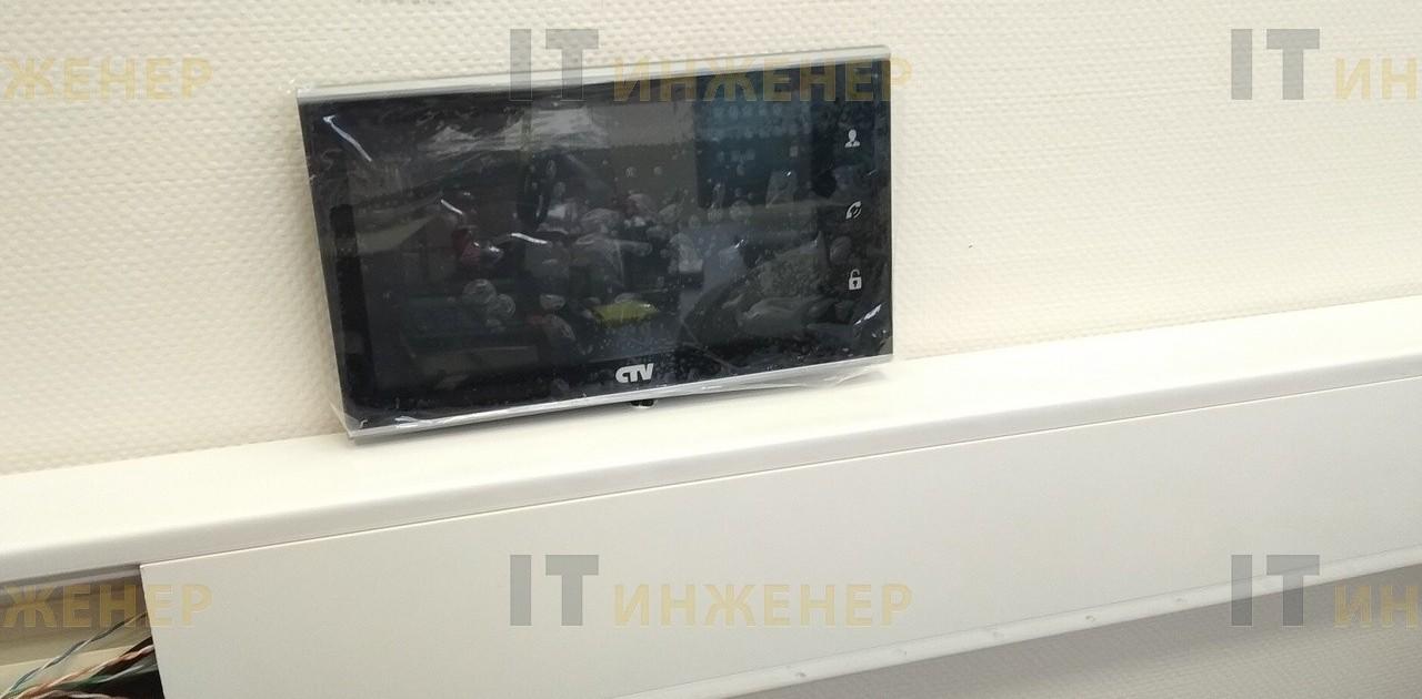 Установка видеодомофона в офисе на стену.